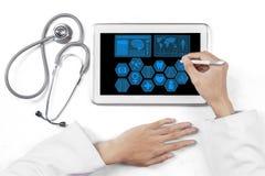 Händer för medicinsk doktor med minnestavlan Fotografering för Bildbyråer