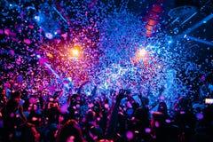 Händer för nattklubbkonturfolkmassa på konfettier ångar upp etappen royaltyfria foton