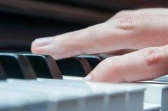 Händer för pianospelare Royaltyfri Foto