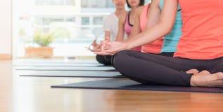 Händer för slut av yogagruppen placerade upp att göra handen Mudra och meditat royaltyfri foto