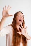 Händer för visning för ung kvinna för rödhårig man öppna till framdelen Fotografering för Bildbyråer