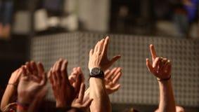 Händer från åhörarna i en konsert på Razzmatazzetappen Fotografering för Bildbyråer