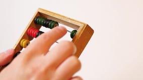 Händer gör beräkningar på kulrammet lager videofilmer