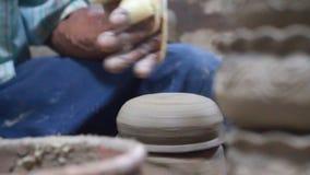 Händer gör krukmakeri stock video