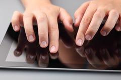 Händer genom att använda den digitala minnestavlan Fotografering för Bildbyråer