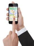 Händer genom att använda en generisk smartphone med den uppdiktade navigatören Royaltyfri Bild
