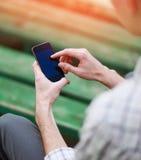 Händer genom att använda en smart telefon Arkivfoton