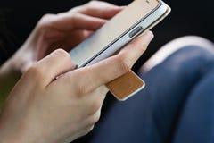 Händer genom att använda en smartphone Royaltyfria Foton