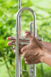 Händer griper trumpeten Royaltyfri Bild