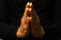 Händer i bön arkivfoton