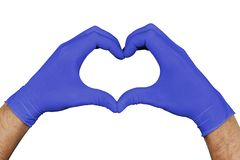 Händer i blåa medicinska handskar som visar hjärtatecknet som isoleras på vit bakgrund fotografering för bildbyråer
