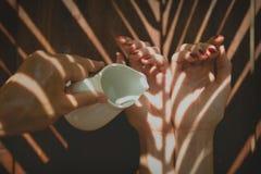 Händer i brunnsort med olja Royaltyfri Fotografi