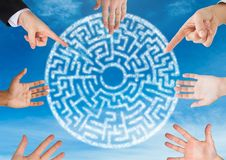 Händer i cirkel runt om kryptisk labyrintcirkel i himmel Arkivbilder