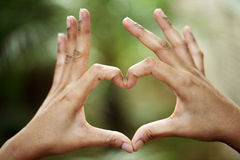 Händer i form av hjärtaform Arkivbilder