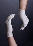 Händer i latexhandske arkivfoto