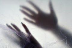 Händer i plastpåse Dismember begreppet Plastp?sebakgrund royaltyfri fotografi