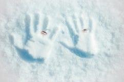 Händer i snön Arkivfoto