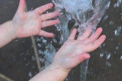 Händer i springbrunn Arkivfoton