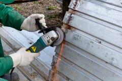 Händer i struktur för stål för trasahandskeplugghästar Arkivfoton