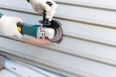 Händer i trasahandskar maler den korrugerade stålstrukturen för att måla abc-bokanti-rost Royaltyfria Foton