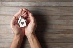 Händer inhyser hem förälskelsebakgrund royaltyfri fotografi