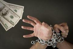 Händer kedjade fast tillsammans pengar arkivbilder