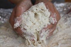 Händer knådar bröd Royaltyfria Foton