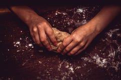 Händer knådar skillfully degen arkivbild
