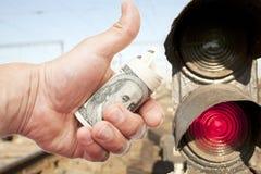 Händer med anmärkningar av US dollar mot ljus-sannolikhet Royaltyfri Fotografi