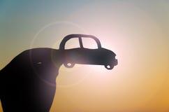 Händer med bilkonturen på solen Fotografering för Bildbyråer