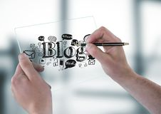 Händer med den glass apparaten och pennan och svartbloggklotter mot oskarpt grått kontor Arkivbild