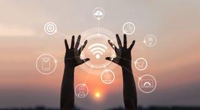 Händer med den innovativa symbolen och utveckling av telekommunikationen royaltyfria foton