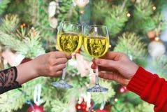 Händer med den vita vinen, shampanie Royaltyfri Bild