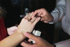 Händer med en förlovningsring royaltyfria foton
