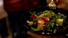 Händer med en platta och en gaffel stock video
