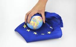 Händer med EU-flaggan och jordklotet september 11, 2016 Arkivbild
