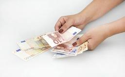 Händer med eurosedlar september 11, 2016 arkivfoton