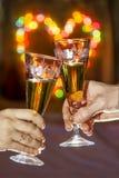 Händer med exponeringsglas av mousserande vin royaltyfri foto