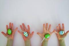 Händer med färgrika ägg 2 Royaltyfri Bild