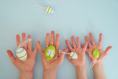 Händer med färgrika ägg 4 Royaltyfri Foto
