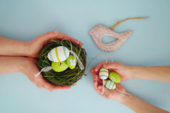 Händer med färgrika ägg 7 Fotografering för Bildbyråer