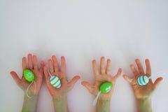 Händer med färgrika ägg 3 Royaltyfri Fotografi