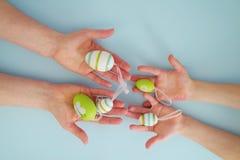 Händer med färgrika ägg 5 Royaltyfri Foto