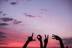 Händer med förälskelseord på stranden royaltyfri fotografi