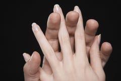 Händer med gripa in i varandra fingrar Arkivfoto