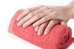 Händer med handduken arkivfoton