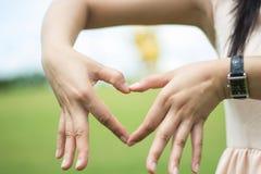 Händer med hjärtasymbol royaltyfria bilder