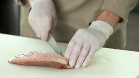 Händer med kniven som gör poäng kött arkivfilmer
