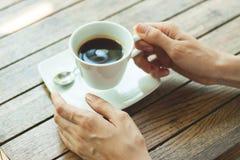 Händer med koppen kaffe Arkivbilder