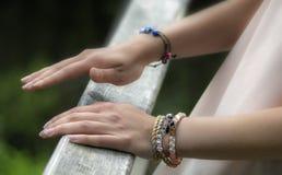 Händer med smycken royaltyfri foto